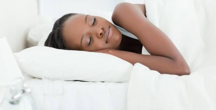 Perché dormire di più ci aiuta a perdere peso?